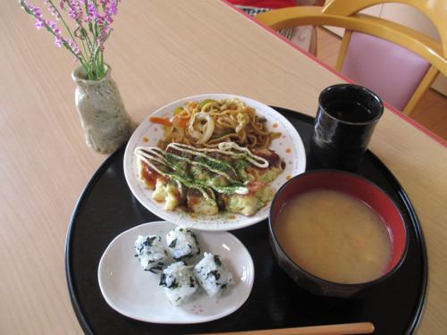 手作り昼食、おやつ、七夕の飾りを利用者の方と一緒に。(平成29年7月1日)
